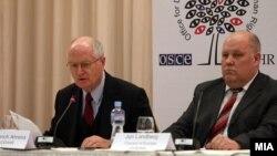 Шефот на Набљудувачката мисија на ОБСЕ/ОДИХР Герт Аренс и Претставникот на Конгресот на локални и регионални власти на Советот на Европа Јуриј Ламберг на прес-конференција во Скопје.