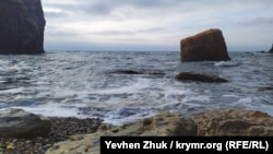 Под шум прибоя: пляж у мыса Лермонтова (фотогалерея)