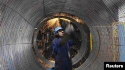 Un muncitor de la conducta Nord Stream. Portul Mukran, Germania, de la Marea Baltică