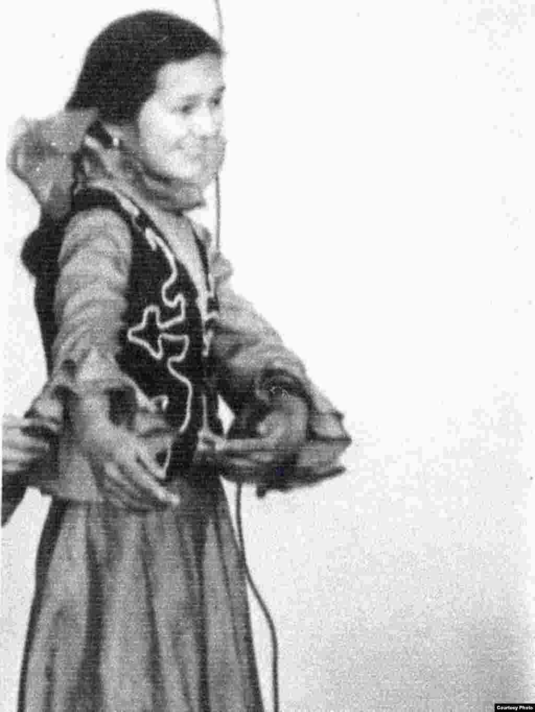 Ляззат - 12 лет. Она активно участвует в школьном кружке самодеятельности. 1982 год.