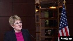Глава ереванского офиса USAID Карен Хиллиард (архив)