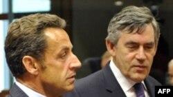 Президенти Фаронса Никлоас Саркозӣ (аз чап) ва сарвазири Бритониё Гордон Браун дар ҷаласаи изтирории Иттиҳоди Аврупо, 1 сентябри 2008.