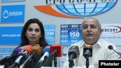 Тяжелоатлетка Рипсиме Хуршудян и генеральный секретарь Федерации тяжелой атлетики Армении Пашик Алавердян на пресс-конференции