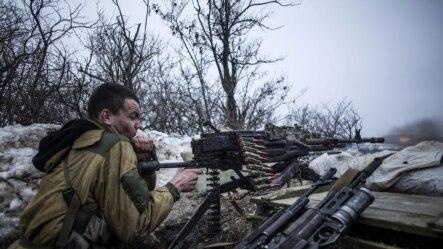 Rusiya yönlü separatçı Debaltseve yaxınlığında Ukrayna qoşunlarının mövqeyini atəşə tutur.