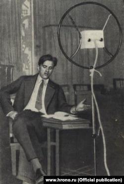 Владимир Маяковский читает по радио свою пьесу «Баня». 1929