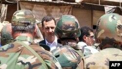 Bashar Assad hərbçilər arasında, 1 avqust 2013