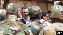 Президент Сирии Башар Асад среди солдат правительственной армии. 1 августа 2013 года.