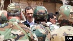 Президент Сирії Башар Асад вітає солдатів у Дераї, 1 серпня 2013 року