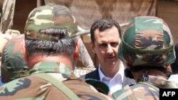 بشار اسد در میان سربازان ارتش سوریه