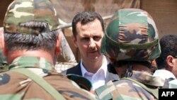 Bashar al-Assad Suriya hərbçiləri arasında