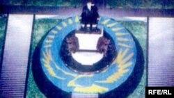 Ескерткіш жобасының бірінде Нұрсұлтан Назарбаевтың тақта отырғаны бейнеленген. Шымкент, 25 мамыр 2009 ж.