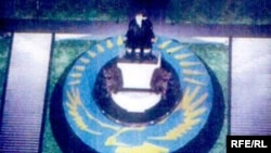 Эскиз памятника Назарбаеву. Шымкент, 26 мая 2009 года.