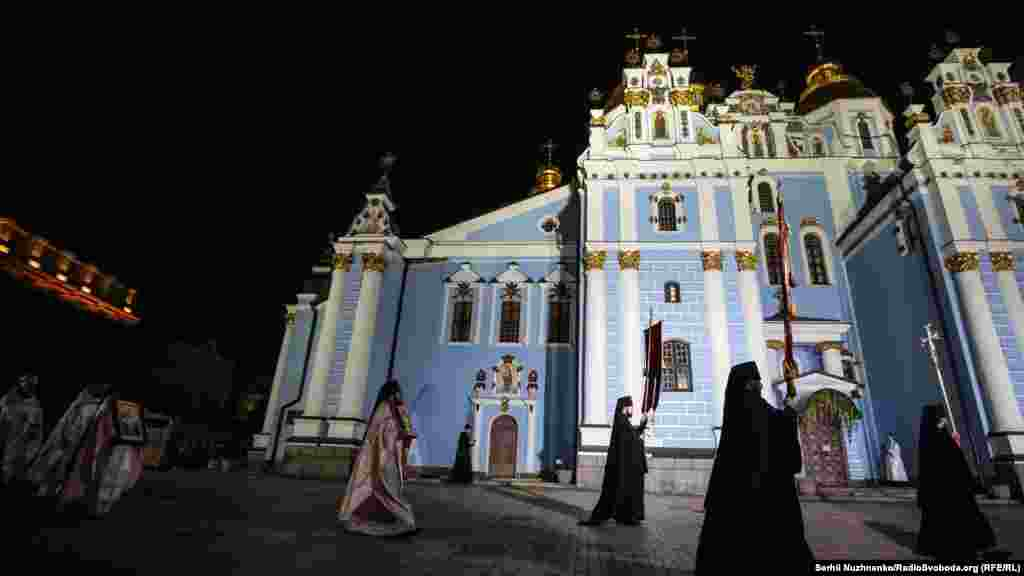 Священники Православної церкви України обходять Михайлівський Золотоверхий собор перед початком Великодньої літургії
