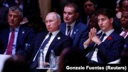 Kosovo başçısı Hashim Thaci (solda), Rusiya prezidenti Vladimir Putin və Kanadanın baş naziri Justin Trudeau Paris mərasimində