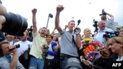 Оппозиция жетекшісі Алексей Навальный (ортада) өзін қарсы алғандардың алдында сөйлеп тұр. Мәскеу, Ресей, 20 шілде 2013 жыл.