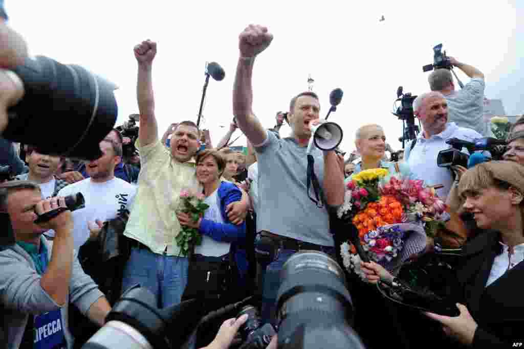 20 июля российский оппозиционер Алексей Навальный прибыл в Москву из Кирова, где ему вынесли приговор по делу о хищении средств в компании «Кировлес». После прибытия поездом на Ярославский вокзал он выступил перед своими сторонниками и журналистами.