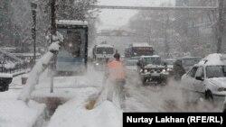 Снегоуборочные работы в Алматы. Иллюстративное фото.