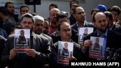 Палестинські журналісти з портретами Ясера Муртаджі на його похороні, місто Газа, 7 квітня 2018 року