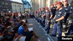 Полиция заблокировала для мигрантов вход на центральный вокзал Будапешта, 1 сентября 2015