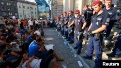 Вокзалга кире албаган мигранттар. Венгрия.