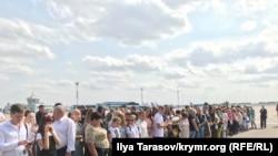 «Borıspil» ava limanında azat etilgen Ukraina vatandaşlarınıñ tuvğanları