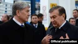 Uzbek President Shavkat Mirziyaev (right) talks with Kyrgyz President Almazbek Atambaev in Samarkand in December.