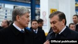 Özbegistanyň prezidenti Şawkat Mirziýoýew (s) we Gyrgyzystanyň prezidenti Almazbek Atambaýew (ç)