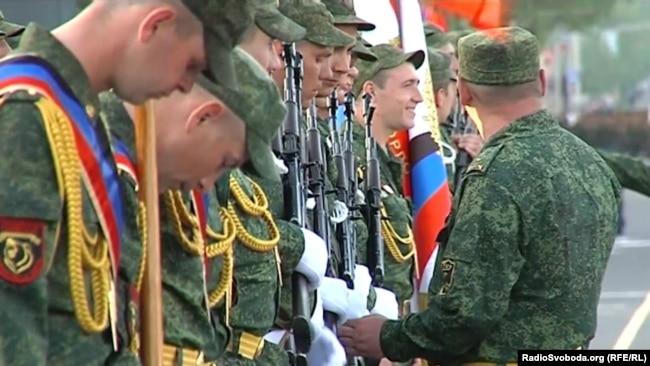 Бойовики марширують на репетиції параду військової техніки в Донецьку