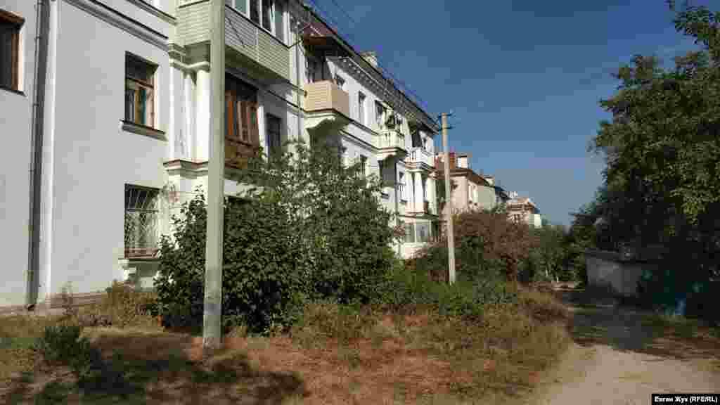 У цьому місці вулиця Папаніна перетворюється на стежку. Будинки звернені до неї монументальними фасадами