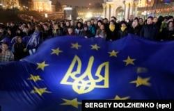 Украинцы держат флаг Евросоюза во второй день акции протеста на площади Независимости в центре Киева, 22 ноября 2013 года.