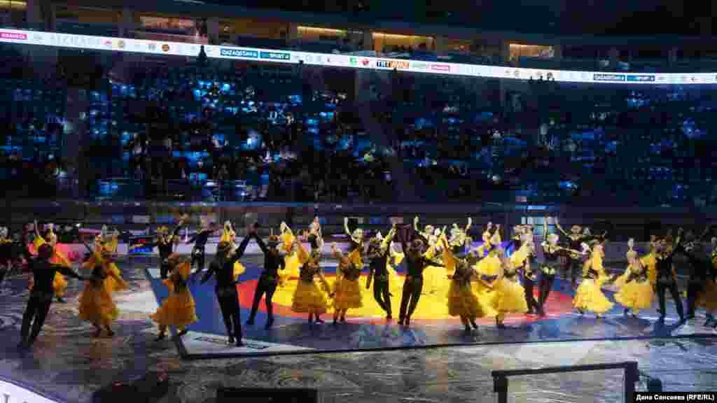 Церемония открытия чемпионата, как и паузы между поединиками, сопровождались выступлениями музыкантов и танцоров.