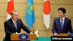 Президент Казахстана Нурсултан Назарбаев (слева) и премьер-министр Японии Синдзо Абэ. Токио, 7 ноября 2016 года.