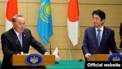 Қазақстан президенті Нұрсұлтан Назарбаев Жапония премьер-министрі Синдхо Абэмен кездесуде. Токио, 7 қараша 2016 жыл.