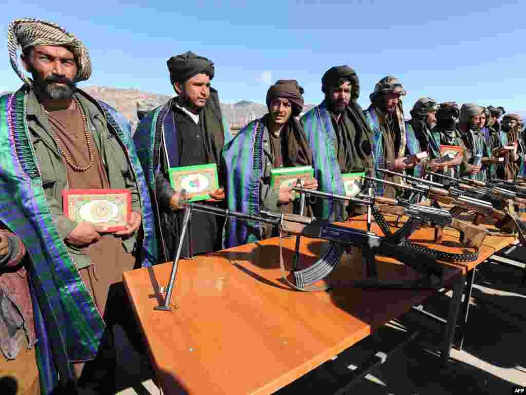 Церемония сложения оружия боевиками движения Талибан в провинции Герат.