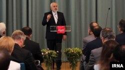 محمدجواد ظریف خود را به عنوان «مدرس حقوق بشر» معرفی کرده است.
