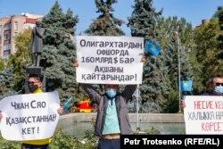 Участники митинга с плакатами в руках. Алматы, 13 сентября 2020 года.