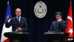 Turkey -- Foreign Minister Ahmet Davutoglu (R) and his French counterpart Alain Juppe at a press conference in Ankara, 18Nov2011