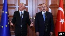 Thorbjorn Jagland (L) i turski šef diplomacije Mevlut Cavusoglu (D)