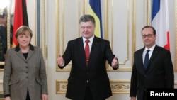 Канцлер Германии Ангела Меркель, президент Украины Петр Порошенко (в центре) и президент Франции Франсуа Олланд после переговоров в Киеве, 5 февраля 2015 года.