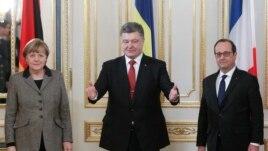 Германия канцлері Ангела Меркель (сол жақта), Украина президенті Петр Порошенко (ортада) және Франция президенті Франсуа Олланд. Киев, 5 ақпан 2015 жыл.