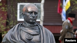 Бюст президента Путина в виде римского императора, установленный в Ленинградской области