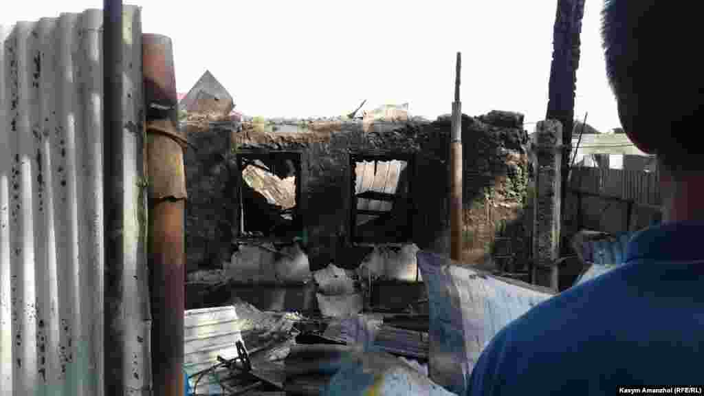 Алдын ала мәлімет бойынша, тұрғын үйден шыққан өрт жихаз жасайтын цех ретінде пайдаланылған көрші үйге өтіп, оның ауласындағы уақытша баспананы да шарпыған.
