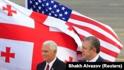 АКШнын вице-президенти Майк Пенс менен Грузиянын өкмөт башчысы Гиоргий Квирикашвили. Тбилиси. 31.7.2017.