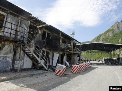 Zapaljeni objekat na prelazu Jarinje, 28. jul 2011.