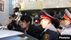 Ոստիկանները ձերբակալում են ՀԱԿ-ի երիտասարդ ակտիվիստներից մեկին: 9-ը նոյեմբերի, 2010 թ.