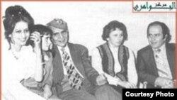 الجواهري في جلسة عائلية منتصف السبعينات الماضية