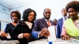 Zimbabwe-Former Zimbabwean president Robert Mugabe (C) his daughter Bona (C) and wife Grace cast their votes at a polling station at a primary school in the Highfield district of Harare during the country's general elections on July 30, 2018. Zimbabweans