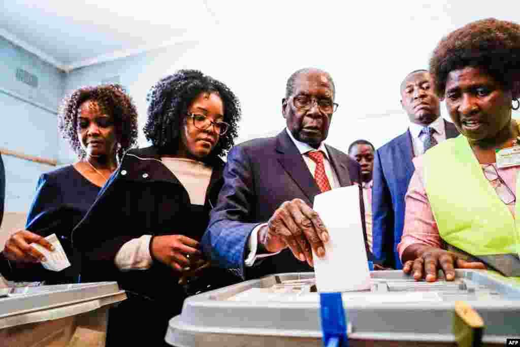 94-летний Мугабе, находившийся в президентском кресле 37 лет, его дочь Бона и жена Грейс голосуют на избирательном участке в Хараре, 30 июля 2018 года. Выборы в Зимбабве проходят на фоне заявлений о возможных мошенничествах и вероятности, что результаты будут оспорены.