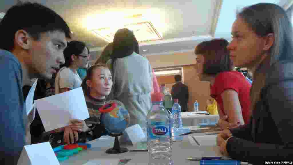 Учащиеся средних и высших учебных заведений Шымкента смогли задать вопросы участникам выставки, что называется, лично.