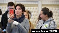 Аружан Саин ведет прямой эфир.